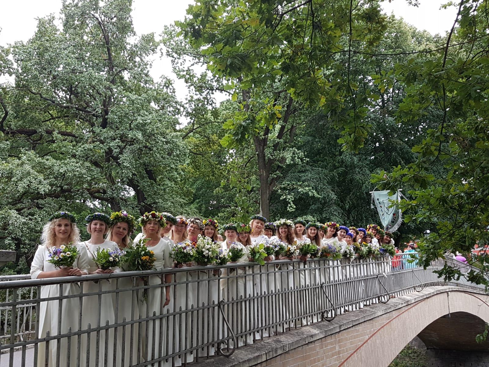 1. jūlija pēcpusdienā Dziesmusvētku dalībnieku gājienā devāmies ar saviļņojumu un lepnumu.